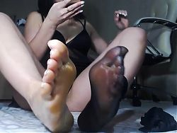 Sexy milf play with her pretty feet